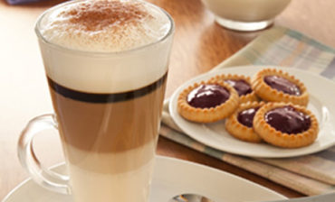 capuchino_con_tartinas_y_queso_crema